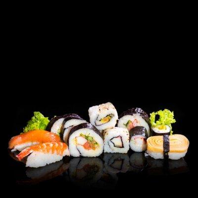 Fototapeta Kolekcja sushi, samodzielnie na czarnym tle.