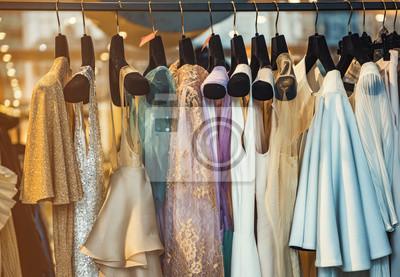 Fototapeta Kolorowe clorhes na szafki w butiku mody