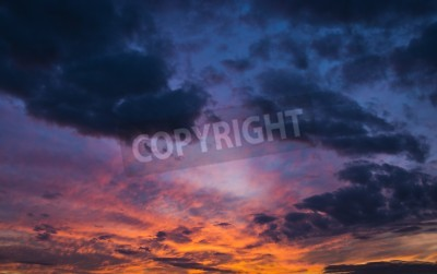 Fototapeta kolorowe dramatyczne niebo z chmur o zachodzie słońca