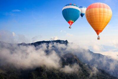 Fototapeta Kolorowe gorące powietrze balony latające nad górą