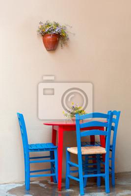 Kolorowe krzesła i stół w kawiarni w Bozcaada