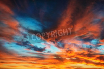 Fototapeta Kolorowe pomarańczowy i niebieski dramatyczne niebo z chmurami na abstrakcyjnym tle