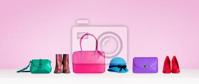 Fototapeta Kolorowe torebki, torebki, buty i kapelusz samodzielnie na różowym tle. Kobieta akcesoria mody przedmiotów. Obraz zakupy.