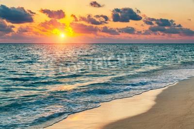 Fototapeta Kolorowe zachód słońca nad oceanem na Malediwach