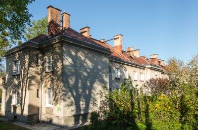 Fototapeta Kominy na dachach domów wyposażonych w piece grzewcze.