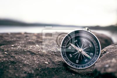 Fototapeta kompas na skale w naturze, kolor w stylu vintage