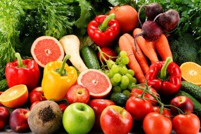 Fototapeta Kompozycja z różnych warzyw i owoców organicznych