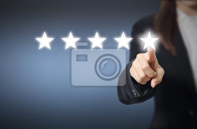 Fototapeta Koncepcja oceny. Businesswoman wskazując pięciogwiazdkowym zwiększyć rating spółki, wzrost ratingu.