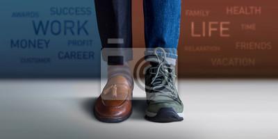 Fototapeta Koncepcja równowagi pracy. Niska sekcja mężczyzna pozycja z połówką Pracujący buty i Przypadkowi Podróżni buty, Zamazany tekst na ścianie jako tło