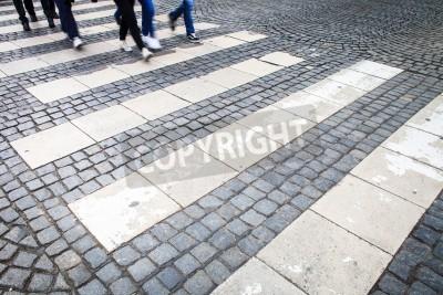 koncepcja ruchu miejskiego - ulica miasta z ruchu niewyraźne tłum przekraczania drogi
