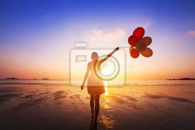 Fototapeta koncepcja szczęścia, pozytywne emocje, szczęśliwa dziewczyna z kolorowych balonów korzystających latem plaży o zachodzie słońca