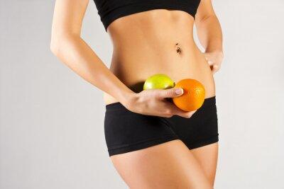 Fototapeta Koncepcja zdrowego ciała. Cienki brzuch, owoce