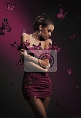 Koncepcyjne obrazu z młodych brunetka piękna i fioletowe motyle