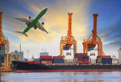 Fototapeta Kontenerowiec załadunku na samolot cargo portu i latające nad