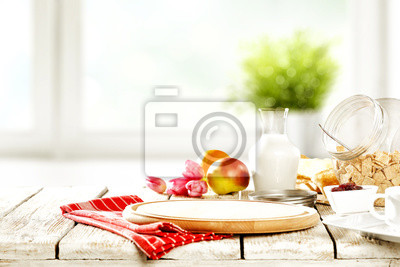 Kontynentalny śniadanie i zamazany tło biały okno z zieloną rośliną. Wolna przestrzeń do dekoracji.