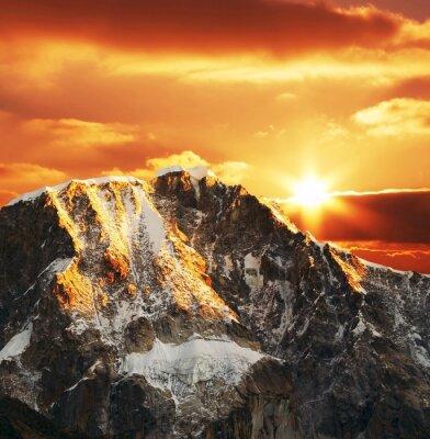 Fototapeta Kordyliery góry na zachodzie słońca