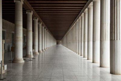 Fototapeta Korytarz pomiędzy wieloma kolumnami w zabytkowym budynku