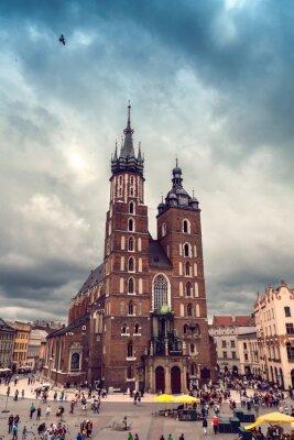 Fototapeta Kościół NMP na Rynku Głównym w pochmurną pogodę. Bazylika Mariacka. Dramatyczne niebo. Kraków. Polska.