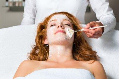 Fototapeta Kosmetik - Gesichtsmaske auftragen