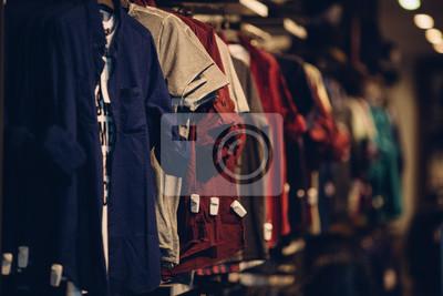 Fototapeta Koszulki w sklepie odzieżowym mężczyzn. Męskie ubrania w centrum handlowym