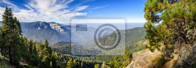 Fototapeta Krajobraz w Parku Narodowym Sekwoi w górach Sierra Nevada w słoneczny dzień; dym z pożarów widoczny w tle, pokrywający obszar Fresno;
