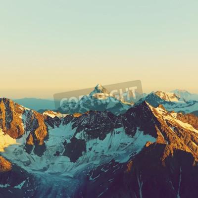Fototapeta krajobraz z alpejskich szczytów pokryte śniegiem i chmury. naturalne tło góry