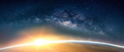 Fototapeta Krajobraz z galaktyką Drogi Mlecznej. Wschód słońca i ziemi widok z kosmosu z galaktyki Drogi Mlecznej. (Elementy tego zdjęcia dostarczone przez NASA)