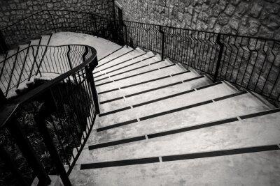 Fototapeta Krzywa zewnątrz schody w trybie monochromatycznym