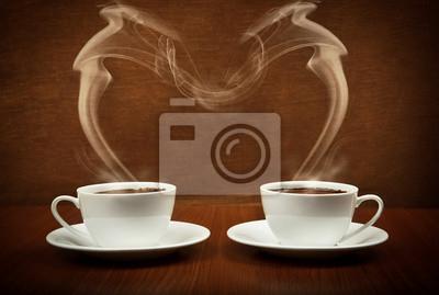 Kształt serca przez parujące kubki z kawą