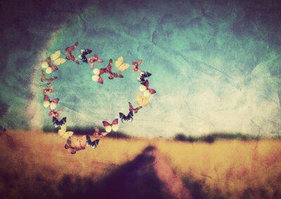 Fototapeta Kształt serce z motyli na tle zabytkowe pola