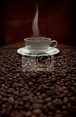 kubek parującej kawy z ziaren