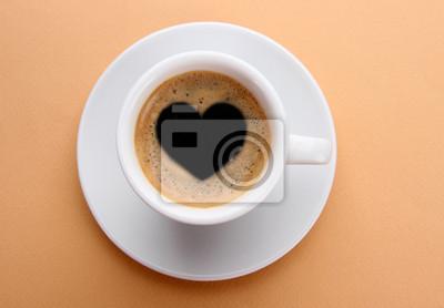 Kubek świeżej kawy ze znakiem serca