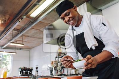 Fototapeta Kucharz dla smakoszy gotowania w komercyjnej kuchni
