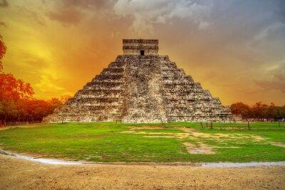 Fototapeta Kukulkan piramidy w Chichen Itza na zachodzie słońca, Meksyk