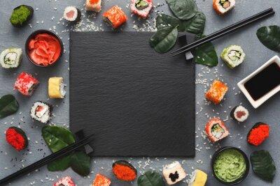 Fototapeta Kwadratowy czarny łupek z sushi na szarym tle