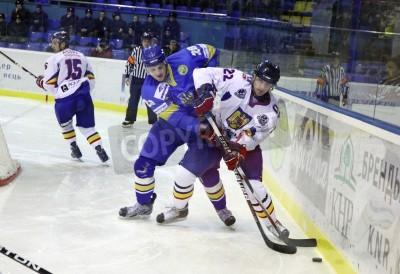 Fototapeta KYIV, UKRAINE - FEBRUARY 9, 2012: Oleksandr Toryanik of Ukraine (L) fights for a puck with Evgen Pysarenko of Romania during their Euro Hockey Challenge game on February 9, 2012 in Kyiv, Ukraine