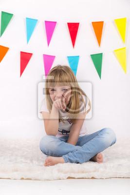 Ładna dziewczyna uśmiecha się i wskazując na sitting.She kamery