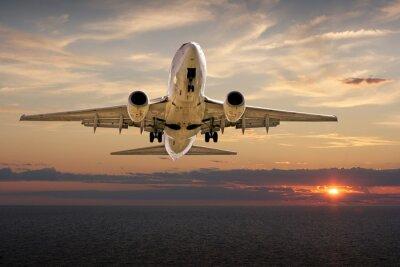 Fototapeta Lądowanie samolotu o zachodzie słońca