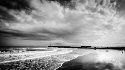 Fototapeta Latarnie Agde i dramatyczne chmury burzowe na wybrzeżu szarej d '
