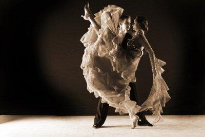 Fototapeta Latino tancerze w sali balowej na czarnym tle