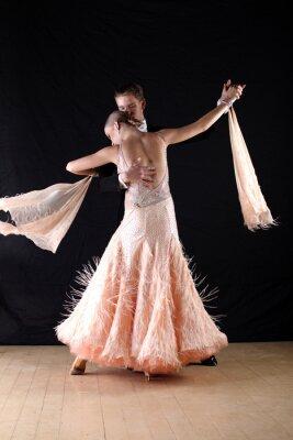 Fototapeta Latino tancerze w sali balowej przeciw na czarnym