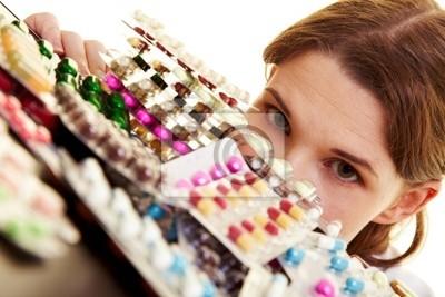 Lekarz patrzy na wiele tabletek