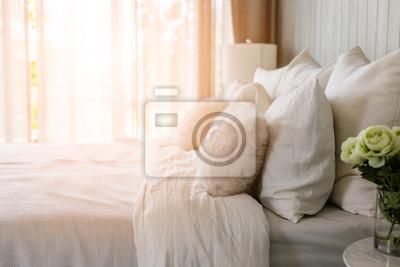 Fototapeta lekka miękka poduszka na pięknym łóżku przytulna sypialnia ze światłem słonecznym od koncepcji wnętrza okna