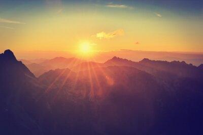 Fototapeta Letni krajobraz górski o zachodzie słońca. Słońce i szczyty Tatr Wysokich, Polska.