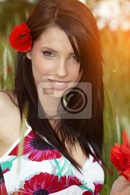 Fototapeta Letnia dziewczyna pracuje w polu mak