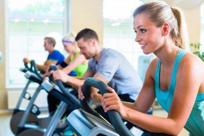 Fototapeta Leute im Fitnessstudio auf Sport Fahrrad przędzenia