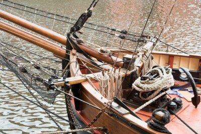 Fototapeta Liny i zakotwiczenia na pokładzie starego żaglowca