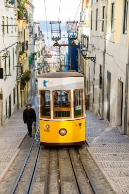 Fototapeta Lisboa, Portugalia - 28 LISTOPADA: Tradycyjna żółty tramwaj / kolejka (Bica winda) w dniu 28 listopada 2013 roku Lizbonie, Portugal.The Bica kolejka została otwarta 28 czerwca 1892.