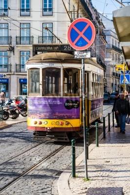 Fototapeta Lisboa, Portugalia - 28 LISTOPADA: Tradycyjna żółty tramwaj / kolejka w dniu 28 listopada 2013 roku, Lizbona, Portugalia. Carris jest firmą transportu publicznego działa Lizbony autobusy, tramwaje, ko