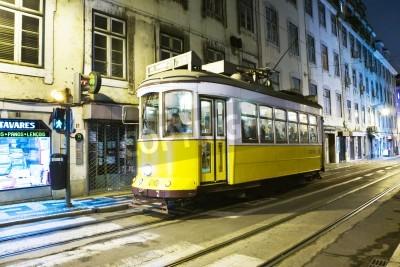 Fototapeta Lizbona, Portugal - 29 grudnia 2008: Tradycyjny żółty tramwaj w centrum miasta w nocy w Lizbonie w Portugalii. Pierwszy kurs w 1901 roku tramwaj elektryczny, a jej przedsiębiorstwa System ciągnięcia l